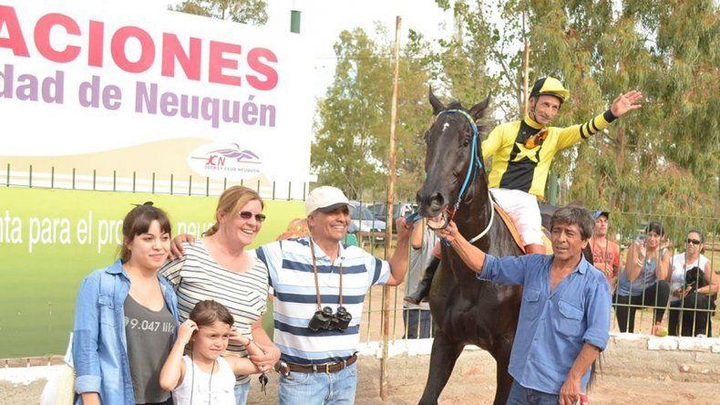 César Corto García y Bidarray se encaminan a una victoria muy especial en el hipódromo neuquino