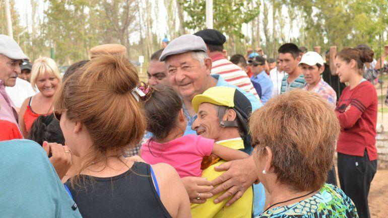 Besos y abrazos con su hija y su nieta. La familia entera estuvo presente.