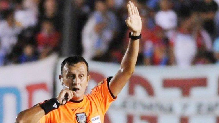 El neuquino Herrera dirigió bien pese a las quejas tatengues.
