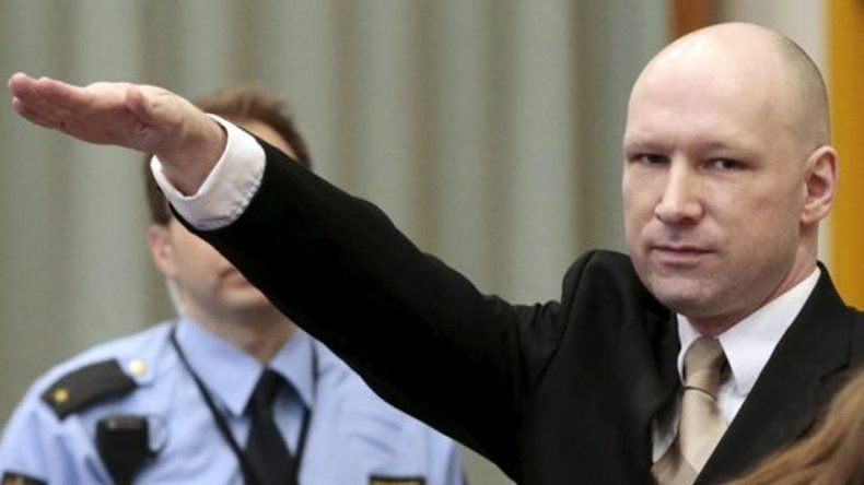 El noruego que asesinó a 77 personas se presentó ante un tribunal haciendo el saludo nazi
