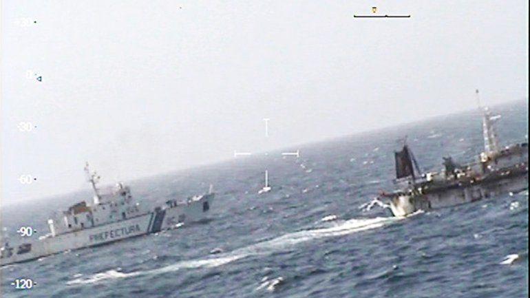 El momento en el que Prefectura neutraliza el pesquero ilegal chino.