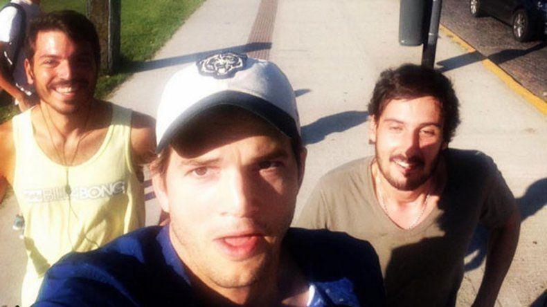 Selfie de Kutcher corriendo con dos fans en los parques de Recoleta. Una de las primeras fotos que se viralizaron en Instagram.