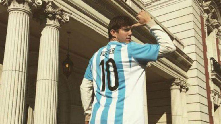Un clásico nacional: Ashton se puso la camiseta de la Selección con su nombre y desafió: Quién es el 10?. ¿Mensaje para Messi?