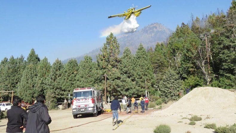 Más de 220 brigadistas trabajan para cercar el incendio.