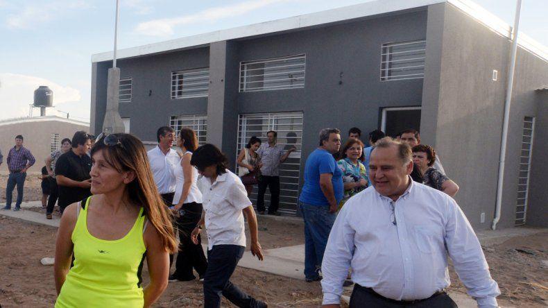 El intendente Moenne recorrió las casas junto a vecinos y a Gutiérrez.