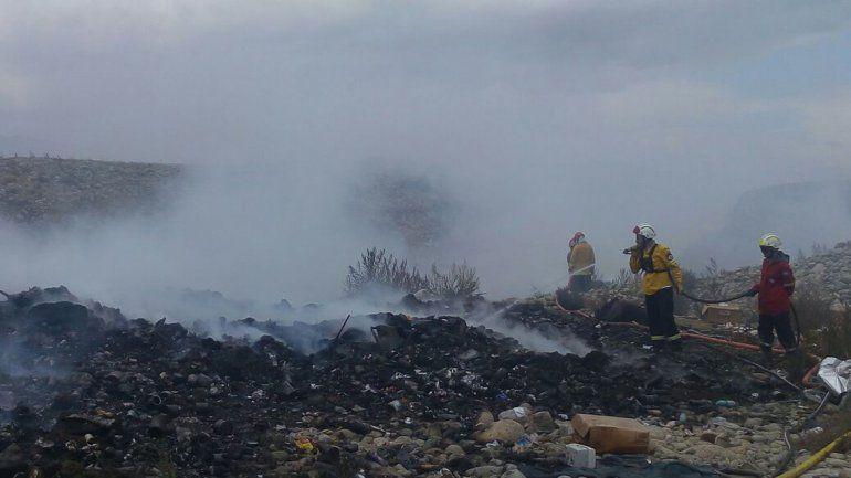 Los bomberos trabajaron desde temprano para detener el fuego