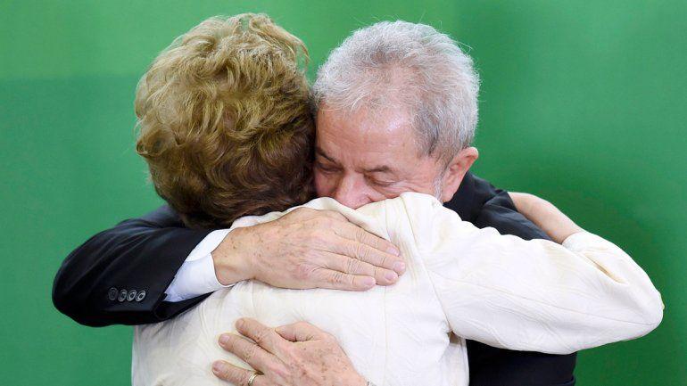 Dilma abraza a Lula después de tomarle juramento. Luego supo que avanza en el Congreso una iniciativa para separarla del cargo de presidenta de Brasil.