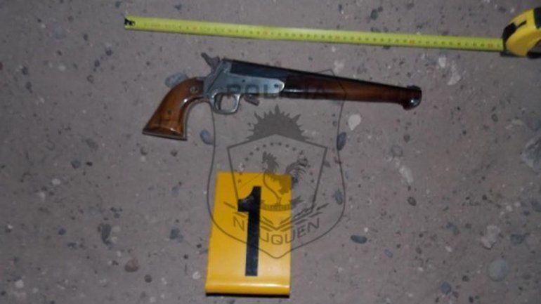 El pistolón que llevaba la piba de 17 años cuando fue detenida.