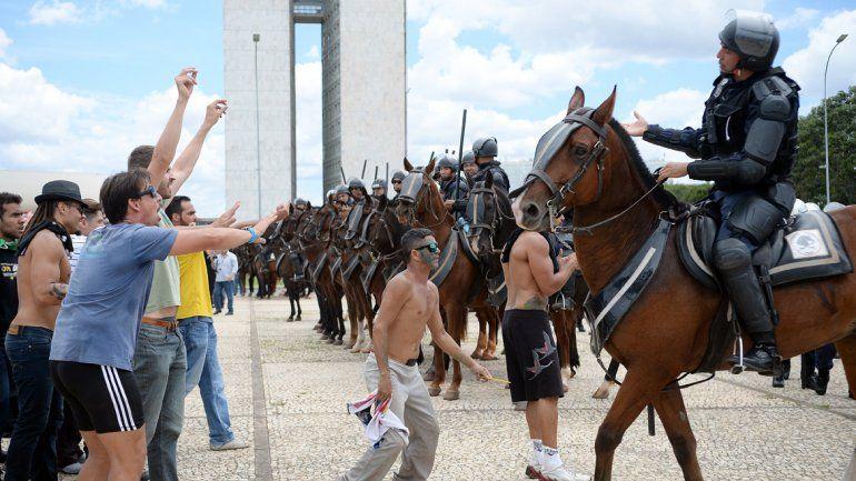 Desalojaron a manifestantes que exigen la renuncia de Dilma