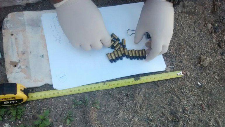 Arriba: los proyectiles teflonados. Abajo: una de las armas incautadas.
