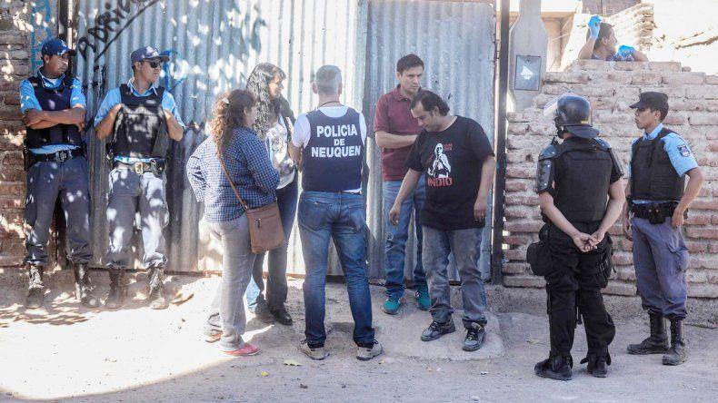 Los efectivos custodiaban el frente de la casa donde ocurrió el hecho.