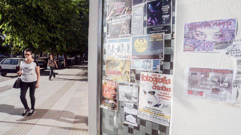 En los vidrios se observan anuncios de shows