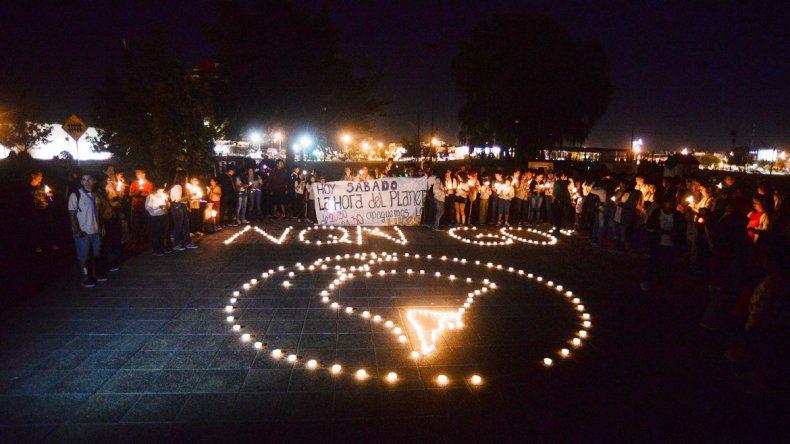 En el Museo Confluencia se armó con velas la insignia de La Hora del Planeta.