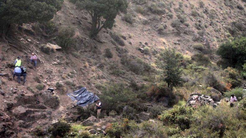 Iba en un tractor a repartir víveres, cayó por un barranco de 80 metros y murió