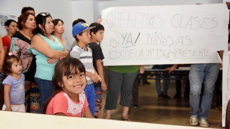 Las madres con sus hijos en una protesta dentro del colegio ayer.