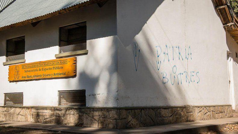 Agarraron in fraganti a un concejal mientras pintaba un graffiti un edificio público