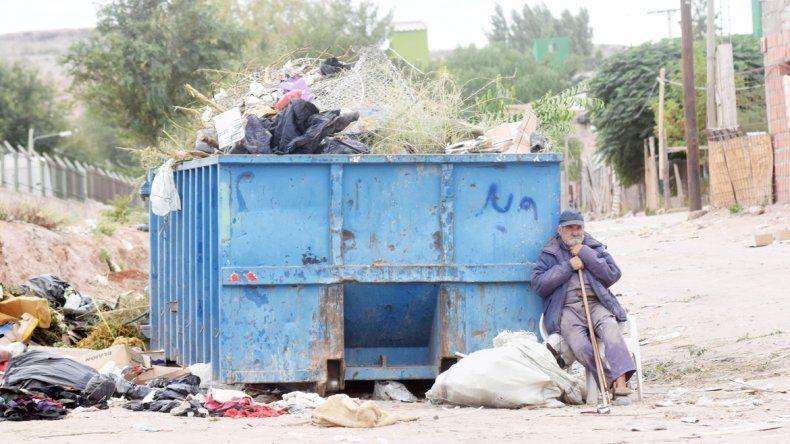 Alberto vive al lado del contenedor. Dice que quiere seguir trabajando y viviendo en la calle.