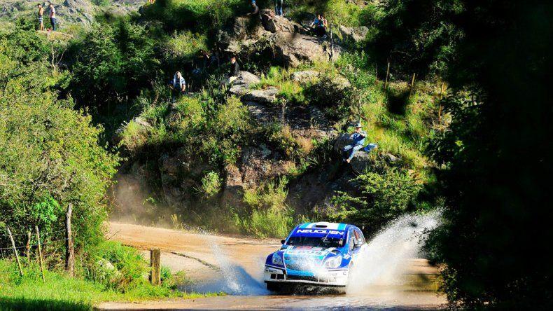 Cancio dominando su Chevrolet Agile en las sierras de Córdoba