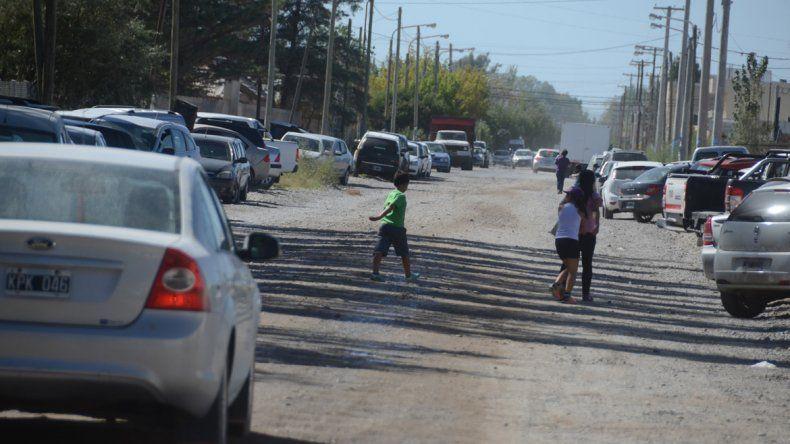 Transitar por calles de tierra en Plottier es una costumbre. No es una exigencia ese servicio para los loteadores.
