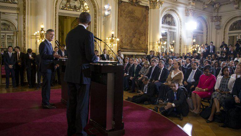 Obama y Macri frente a periodistas y funcionarios.