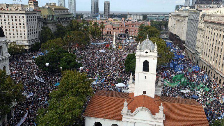 Masivas marchas llenaron Plaza de Mayo a 40 años del golpe