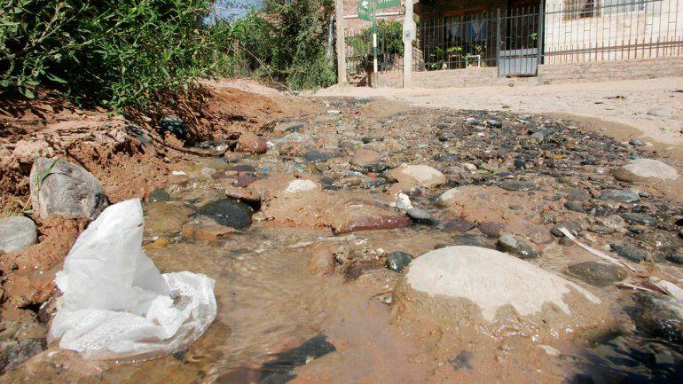 Mangueras rotas convirtieron en ríos de agua las calles del barrio.