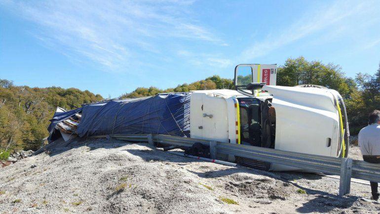 El camión quedó a metros de una ladera.