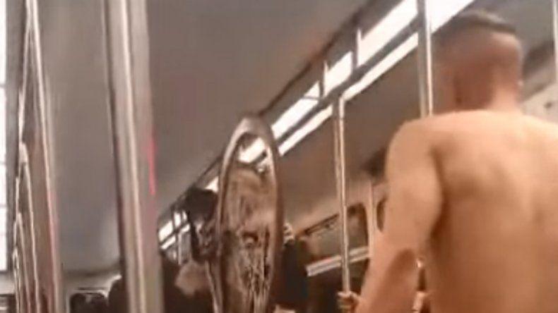 El joven intentaba pelearse con los pasajeros