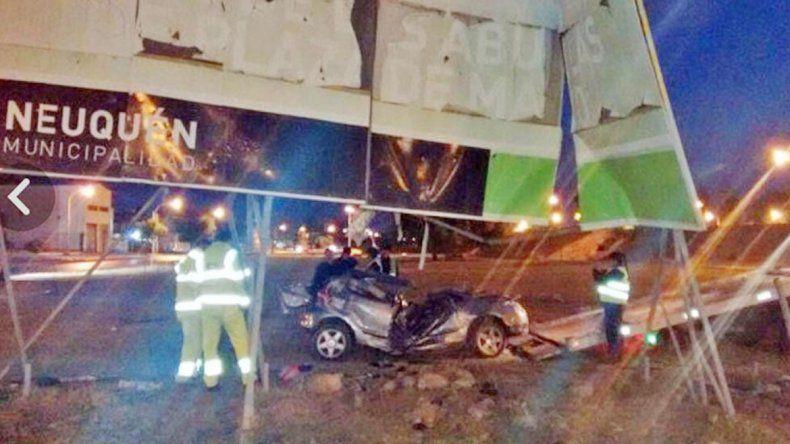 El Volkswagen Gol yace destruido en el lugar y la grúa se apresta a retirarlo. El acompañante murió en el hospital.