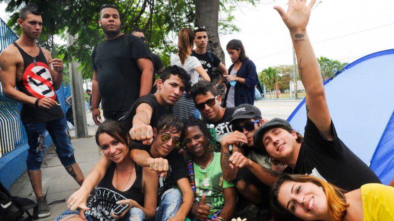 Los jóvenes cubanos acamparon para conseguir un lugar privilegiado en el estadio.
