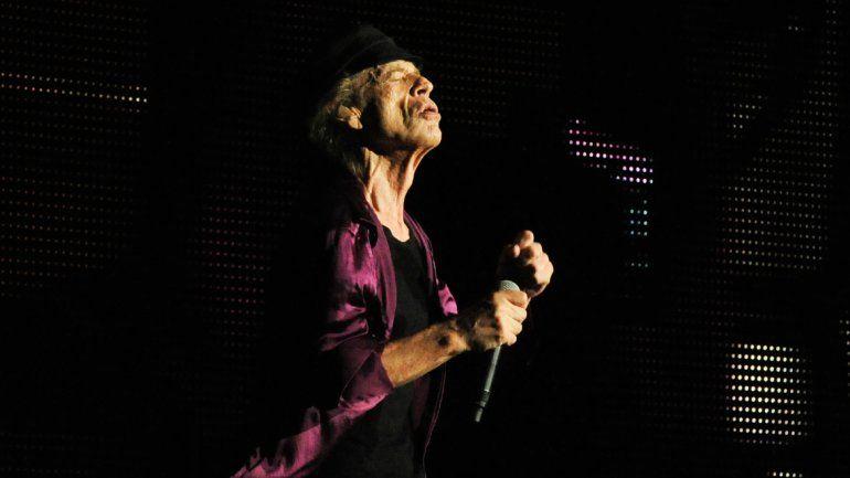 Jagger escucha y disfruta.