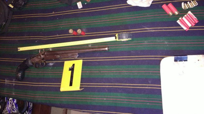 Una de las armas secuestradas en el allanamiento.