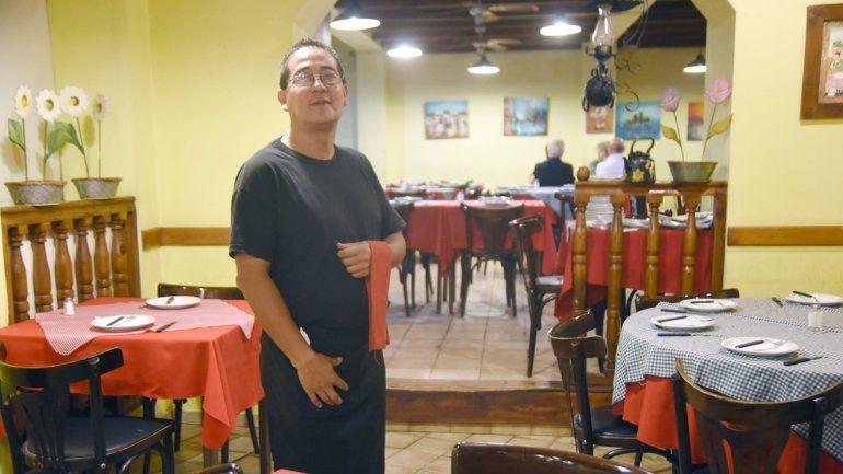 Rubén Rosal hace 30 años que camina con la bandeja entre las mesas.