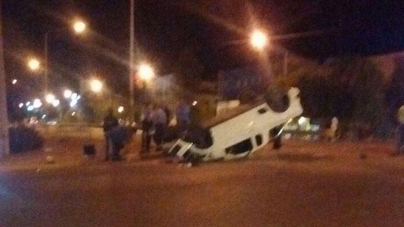 La camioneta que volcó en Ruta 22 y Bahía Blanca quedó completamente destrozada