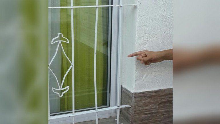 La ventana que barretearon los delincuentes.