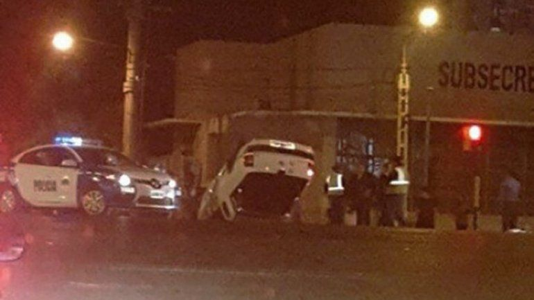 La VW Saveiro con las ruedas hacia arriba sobre la calle Bahía Blanca.