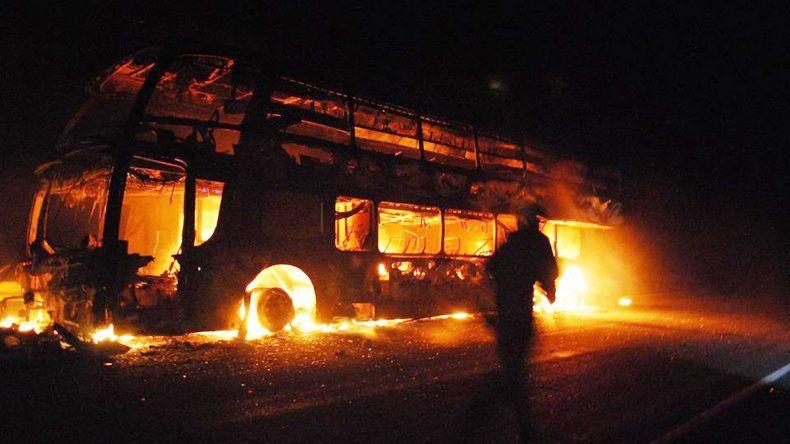 El colectivo quedó envuelto en llamas. Los pasajeros se salvaron de milagro. (Foto gentileza AN Bariloche.)