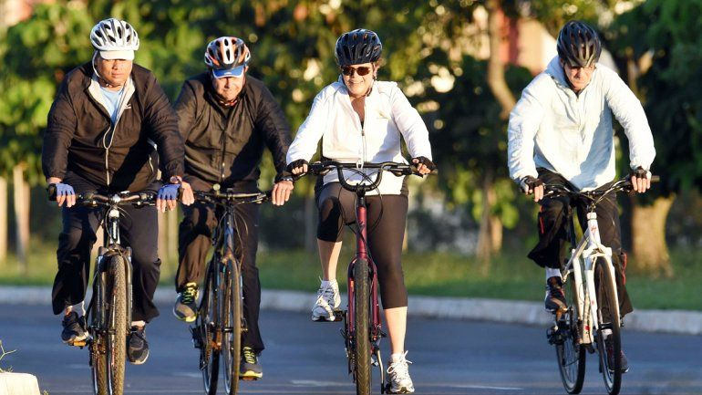 ¿Bicicletea Dilma su dramático momento? Ayer paseó por Brasilia.
