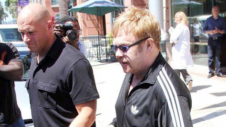 La estrella británica caminando junto a su ex guardaespaldas Jeffrey Wenniger en 2014.