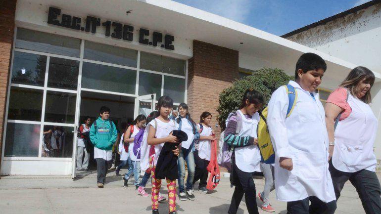 Sin desalojo: Los alumnos de la escuela de Confluencia vuelven a clases