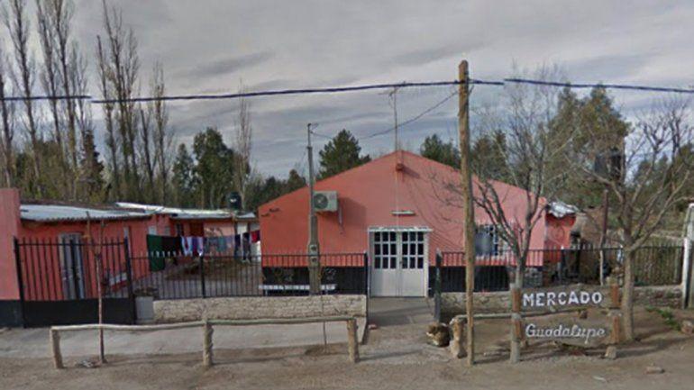 Robaron y balearon a tres personas en una despensa de Arroyito