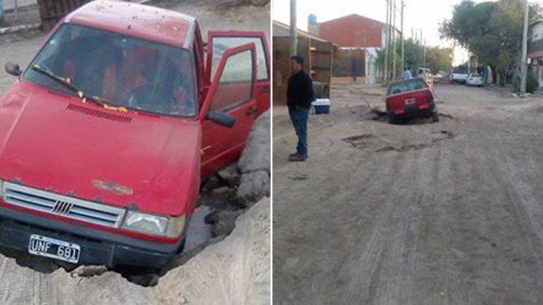 Salió con su auto para ir a trabajar y terminó adentro de un pozo