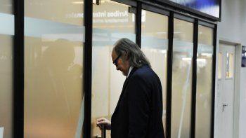 Un empleado, ayer, cerrando las puertas de Sol en Aeroparque.