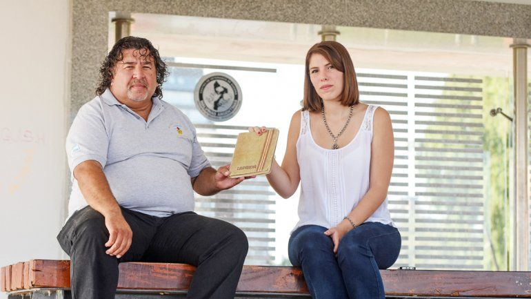 Florencia Figar viajó a Neuquén para entregarle a Gustavo Vera el cuaderno que escribió su jefe en la guerra y que fue encontrado por un soldado inglés.