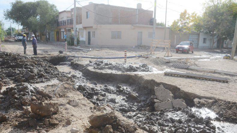 La calle Aluminé en el barrio Confluencia no da para más. Los vecinos están enfurecidos porque una obra cloacal se tendría que haber terminado hace tiempo.
