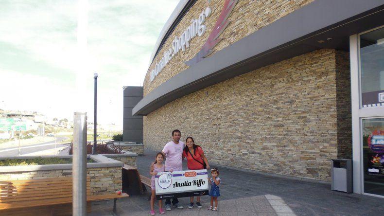 Recibió el cheque junto a su marido y sus dos pequeñas hijas