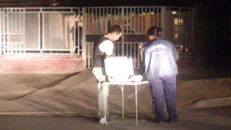 Los peritos de Criminalística realizaron la inspección del lugar del tiroteo. Los trabajos se extendieron hasta pasadas las 5 de la madrugada de ayer.