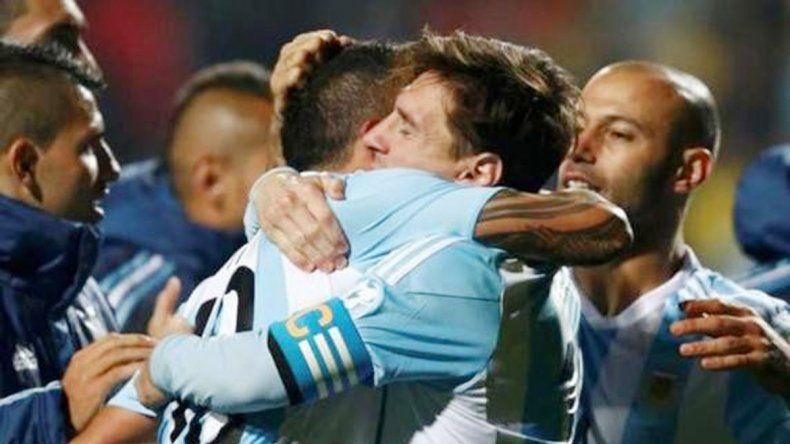 Tevez y Messi se funden en un abrazo en Chile 2015.