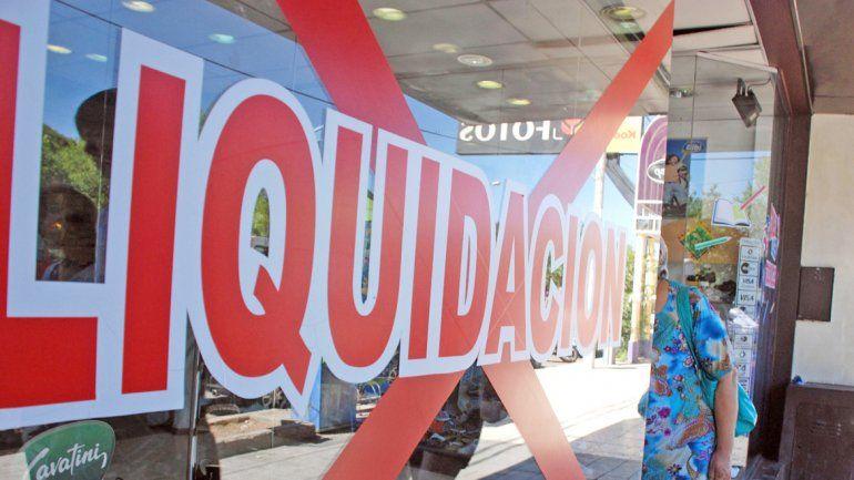 Liquidación por cierre es uno de los carteles exhibidos en locales del Alto.