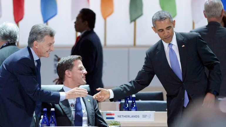 El presidente Mauricio Macri saludando a Barack Obama.